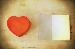 Красные подарочная коробка сердца и карточка - ретро Grungy Стоковое Изображение RF