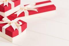 Красные подарочные коробки на белой предпосылке Стоковые Фотографии RF