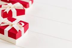 Красные подарочные коробки на белой предпосылке Стоковые Изображения