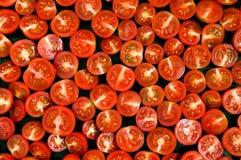 Красные половины томата на черном лотке Стоковое фото RF