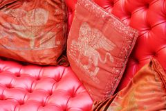 Красные подушки и гондола, Венеция Стоковое Фото