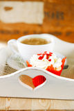 Красные праздничные булочка и кофе, на деревянном подносе Стоковые Фотографии RF