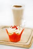 Красные праздничные булочка и кофе Latte в стекле Стоковые Фото