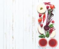 Красные противоокислительн ингридиенты smoothie на таблице Стоковое Изображение