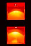 Красные пустые полки для экспоната в черной стене Стоковое Изображение RF