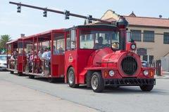 Красные путешествия поезда стоковая фотография