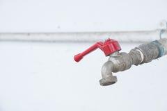 Красные пулер и труба с муфтой ручки faucet стоковые фото