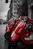 Красные ретро самокаты припарковали на парижской улице стоковые фото