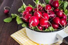Красные редиски в шаре на деревянном столе Стоковые Фото