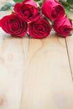 Красные розы дальше woonden предпосылка Валентайн сердец красное s золота дня предпосылки Стоковая Фотография RF
