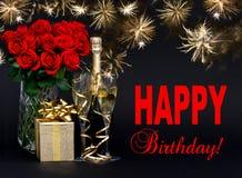 Красные розы, бутылка шампанского, золотого подарка с красивым firew Стоковая Фотография RF