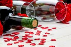 Красные розы и вино на белой предпосылке Стоковые Фото
