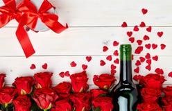 Красные розы и вино на белой предпосылке Стоковое фото RF