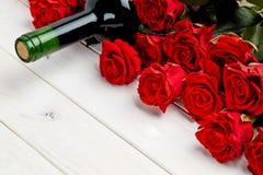 Красные розы и вино на белой предпосылке Стоковое Изображение RF