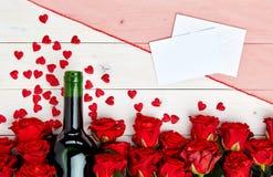 Красные розы и вино на белой предпосылке Стоковые Фотографии RF