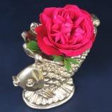 Красные розы и декоративная золотая ваза на черной предпосылке Стоковая Фотография