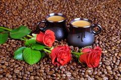 Красные розы и кофе с молоком Стоковое Изображение RF