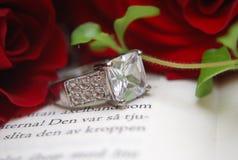 Красные розы и кольцо Стоковое Фото