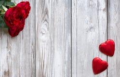Красные розы и сердца на белой, деревянной предпосылке Стоковая Фотография RF