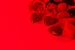 Красные розы и сердца Стоковые Фото