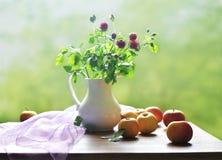 Красные розы и яблоки Стоковые Фотографии RF