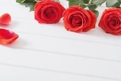 Красные розы на деревянной предпосылке планок Стоковое Фото