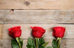 Красные розы на древесине Стоковая Фотография RF