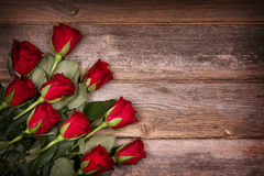 Красные розы на старой древесине Стоковая Фотография RF