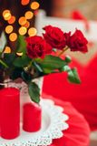 Красные розы на таблице стоковые фотографии rf