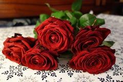 Красные розы на таблице Стоковые Фото