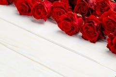 Красные розы на таблице Стоковые Изображения