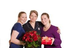 Красные розы дочери матери присутствующие Стоковая Фотография