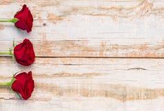 Красные розы, символ для влюбленности, на винтажной деревянной предпосылке на Wedding или день валентинок Стоковое фото RF