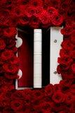 Красные розы с белой книгой Стоковая Фотография RF