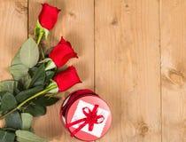 Красные розы с настоящим моментом Стоковое Фото