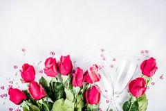 Красные розы с 2 стеклами шампанского стоковые изображения