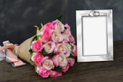 Красные розы ткани на деревянном с картинной рамкой стоковое изображение rf