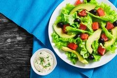 Красные рыбы, свежий салат, авокадо, салат черных оливок Стоковые Изображения