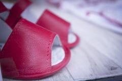 Красные сандалии младенца Стоковое фото RF