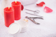 Красные свечи горя на таблице Стоковое Изображение