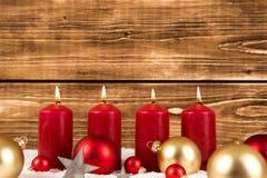 Красные свечи горя с шариками рождества стоковые изображения