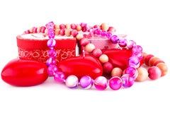 Красные свечи, ожерелья и подарочные коробки сердца Стоковые Фото