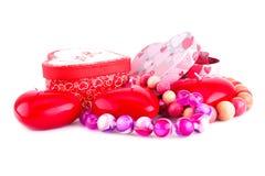 Красные свечи, ожерелья и подарочные коробки сердца Стоковые Фотографии RF