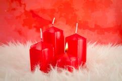 Красные свечи пришествия с одним горением Стоковые Изображения