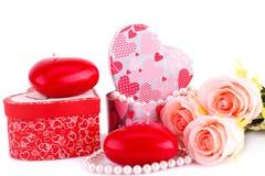 Красные свечи, розы, ожерелье и подарочные коробки сердца Стоковые Фото