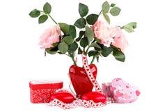 Красные свечи, розы, ожерелье и подарочные коробки сердца Стоковые Изображения
