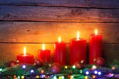 Красные свечи с шариками орнамента рождества Стоковое Фото