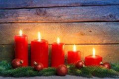 Красные свечи с шариками орнамента рождества Стоковое Изображение
