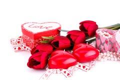 Красные свечи, тюльпаны, ожерелья и подарочные коробки сердца Стоковые Изображения RF