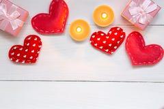 Красные сердца и подарок на белой деревянной предпосылке на день Святого Валентина, космос экземпляра, взгляд сверху стоковые фотографии rf